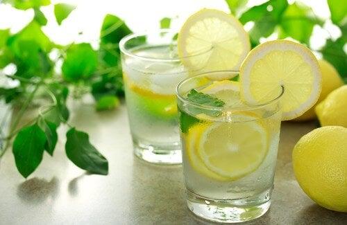 朝に温めたレモン水を飲む効果