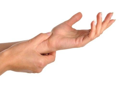 手や手首の痛みの原因は何か?