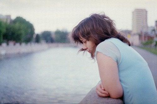川を見つめる女性