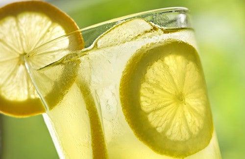 毎朝温かいレモン水を飲む/10のメリット