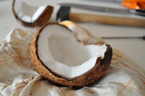 目の下の くま にはココナッツ
