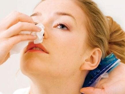 鼻血が出た時の対処法