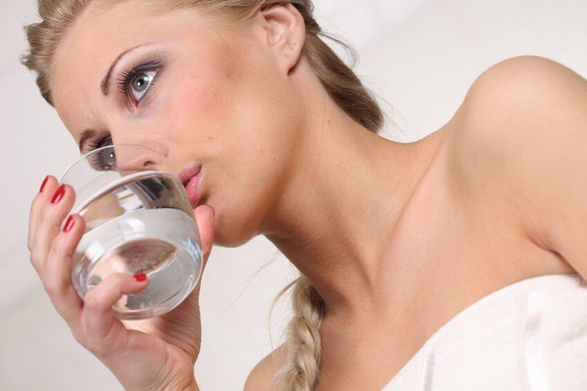 水を飲む1