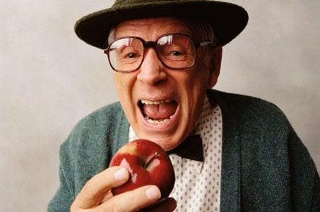 リンゴをかじろうとする老人