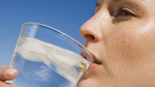 4-水を飲む