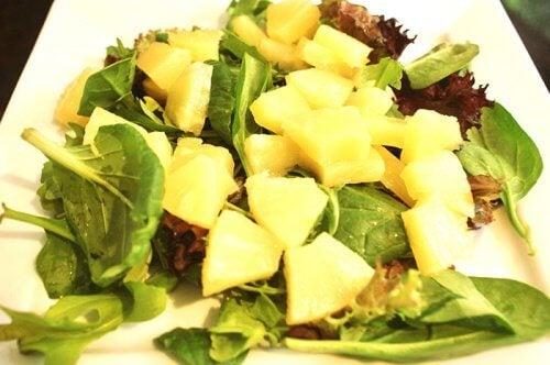 パイナップルとほうれん草のサラダ