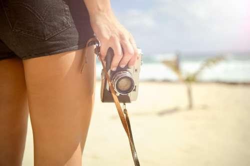 カメラを片手に持つ
