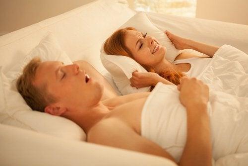 いびきを止めるコツと在宅療法