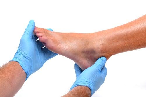 足を診察する
