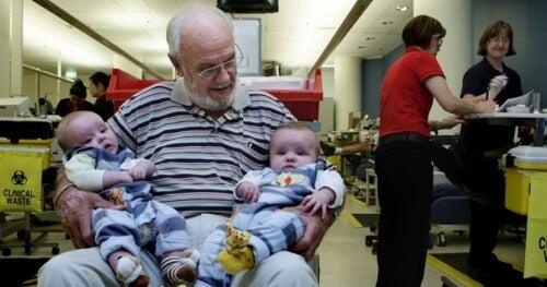 何百万もの赤ちゃんの命を救った男性