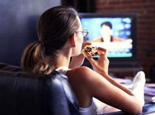 Comer-frente-al-TV