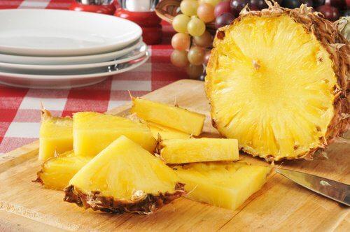パイナップルを食べる利点:/利尿作用と解毒作用