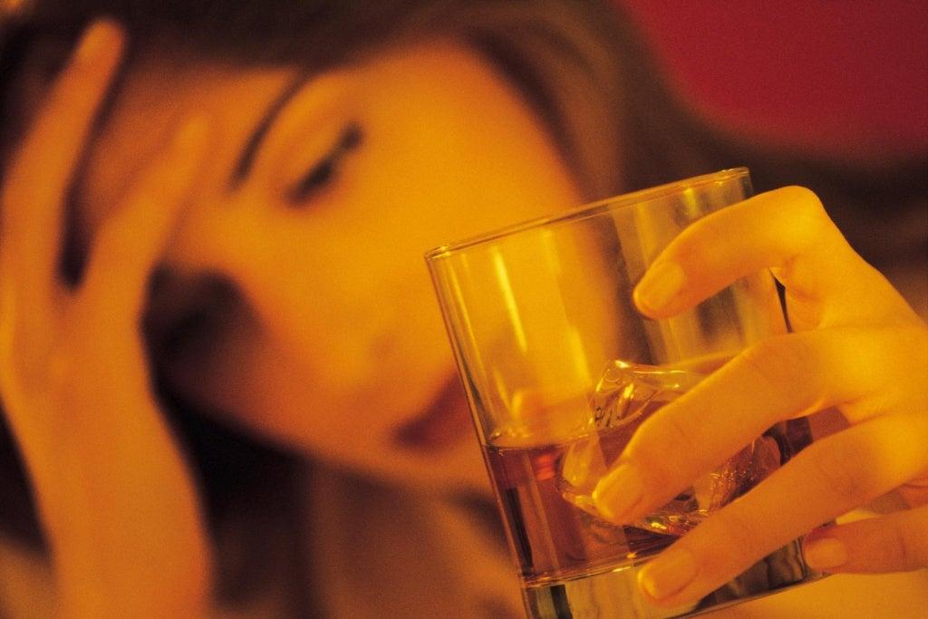 お酒を飲む女性