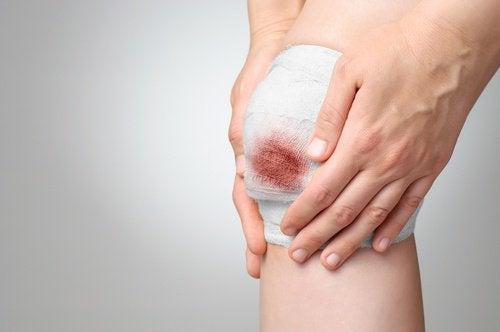 Quitar-la-venda-de-una-herida-sangrante-500x332