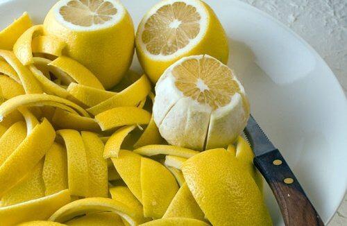 皮をむいたレモン