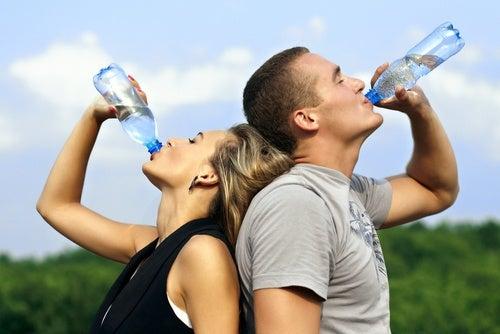 水を飲む男性と女性
