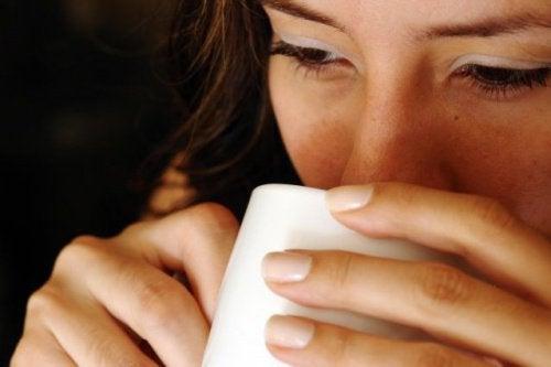 空腹時に白湯を飲む7つの利点