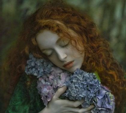 花を抱える女性