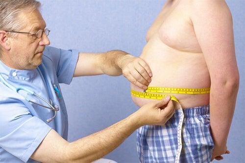 肥満体型の男性と医師