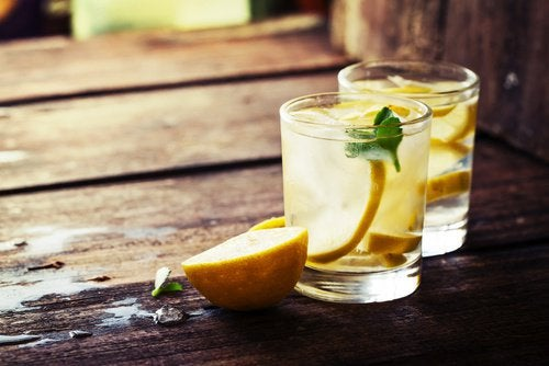 レモンの入った飲み物