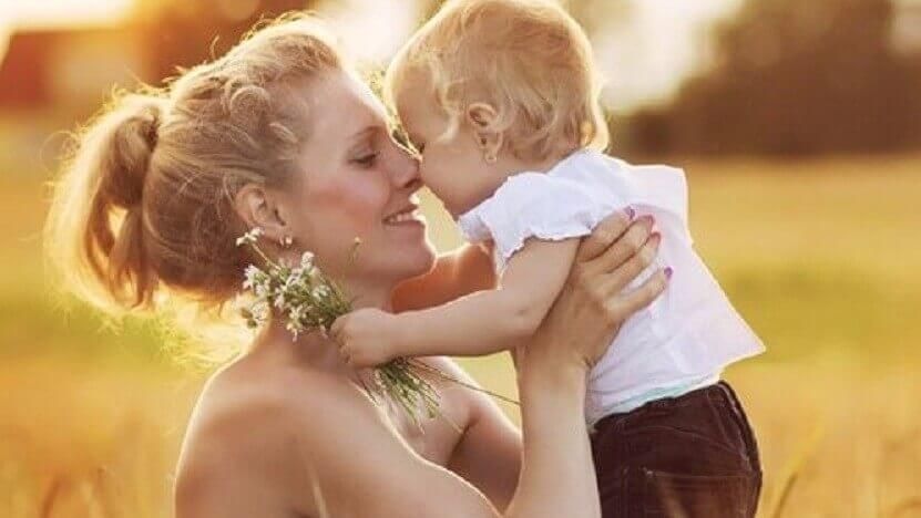 愛情に溢れる母親