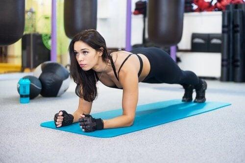 脂肪を燃焼し姿勢を改善するエクササイズ