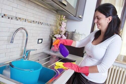 汚れが落ちにくい表面をピカピカにする7つの掃除法