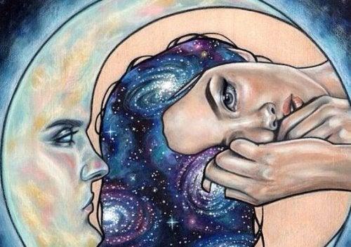 mujer-al-lado-de-una-media-luna-500x353