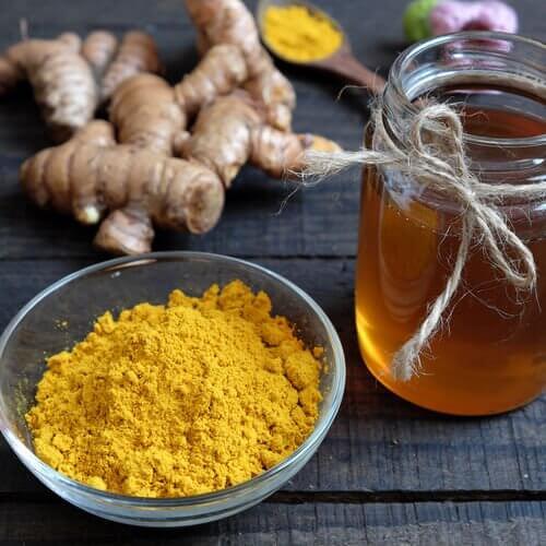 ハチミツとターメリックの自然療法