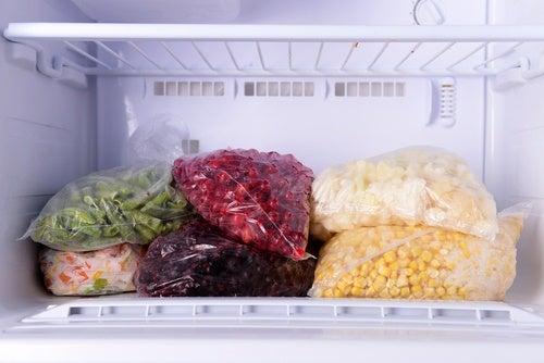 冷凍したらダメ!/冷凍庫で保存してはいけない食品9選