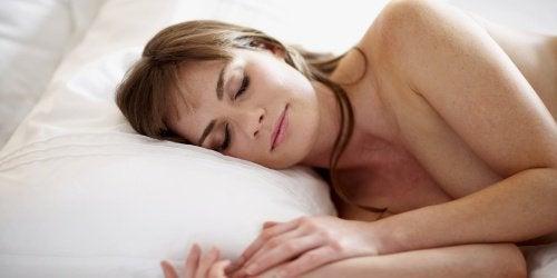 裸で寝る効果