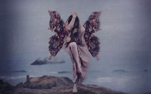 羽のある女性