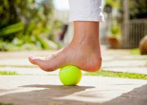 足底筋膜炎の痛みをテニスボールで緩和する方法