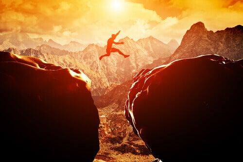 岩の間を飛び越える人