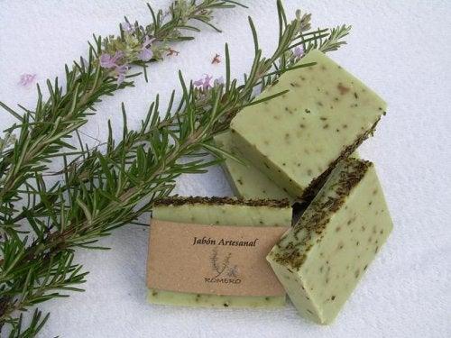 オイリー肌のためのローズマリー石鹸の作り方