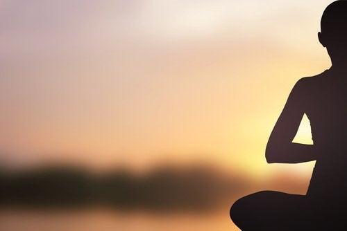 hombre-sentado-meditando-1-500x334