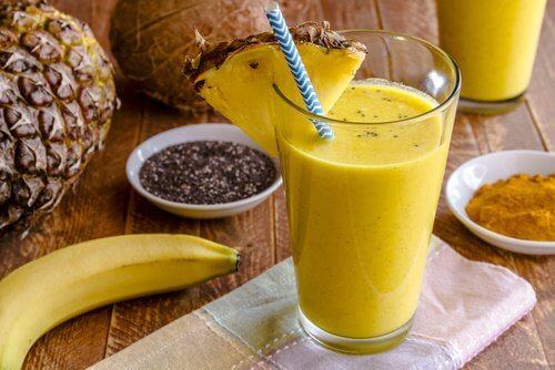 パイナップルとチアシードで作る/効果抜群ダイエットスムージー