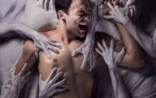 hombre-atrapado-entre-manos-1-500x314