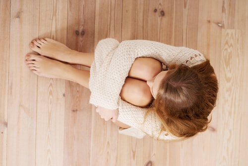 woman-afraid-sitting-on-the-floor
