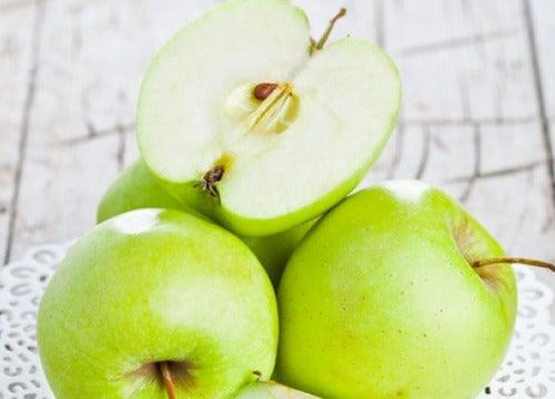 空腹時に青リンゴを食べると良い理由