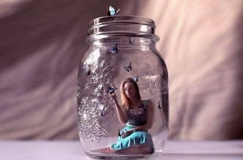 mujer-en-tarro-de-cristal-500x331