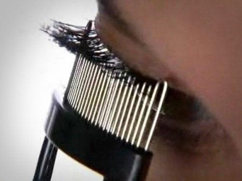 まつ毛専用のクシ