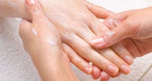 ガサガサの手がすべすべに!  手荒れを治す家庭療法
