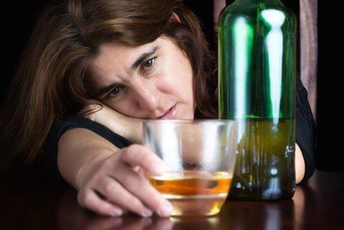 アルコールを飲む女性