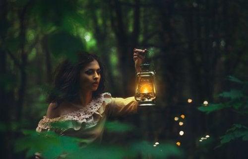 ランプを持つ女性