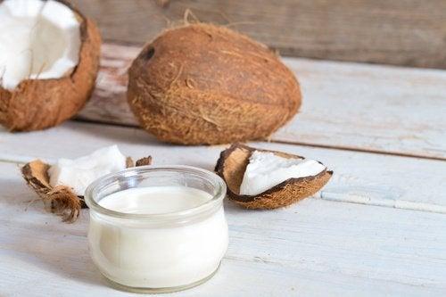 ココナッツオイルで/白髪と抜け毛を防ごう!