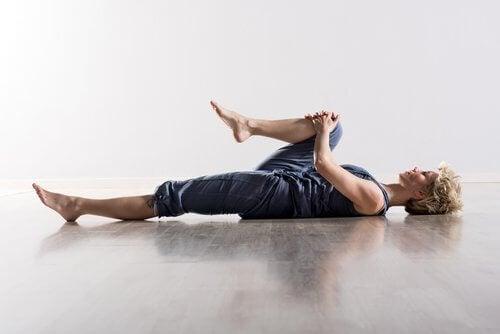 背中の痛みを改善するストレッチ