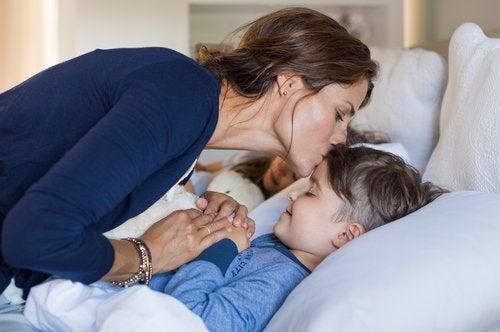 子どもを寝かしつける母