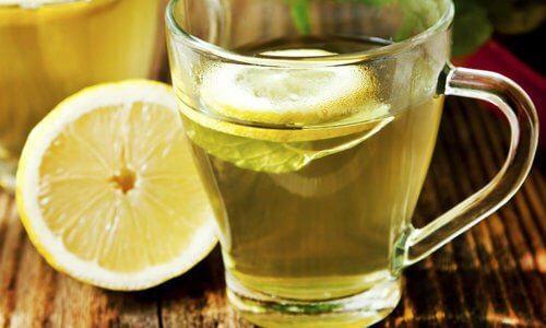 お腹の張りにはレモン水