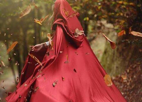 赤いマントを着た女性